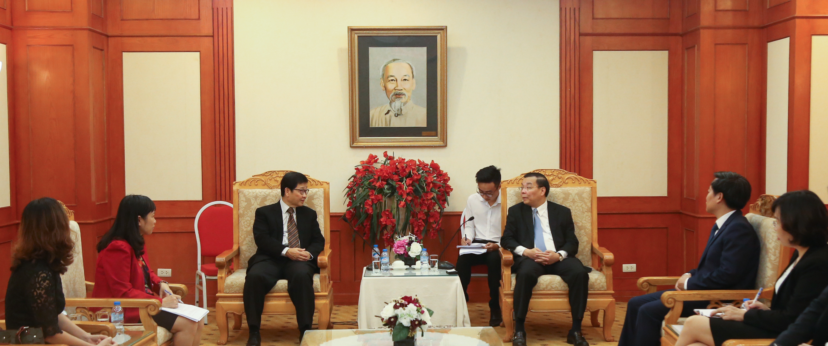 APO Secretary-General Santhi Kanoktanaporn (center L) conferring with Vietnam's Minister of Science and Technology Chu Ngoc Anh (center R) and other Vietnamese productivity stakeholders in Ho Chi Minh City.