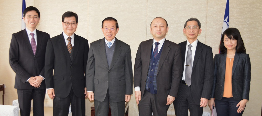 (L-R) APO Industry Department Program Officer Ta-Te Yang, APO Secretary-General Santhi Kanoktanaporn, TECRO in Japan Representative Frank Hsieh Chang-Ting, APO Industry Department Director Hikaru Horiguchi, TECRO in Japan Economic Divisioin Director Chou Li, and TECRO in Japan Economic Division Assistant to the Representative Lu Shih-Yin.