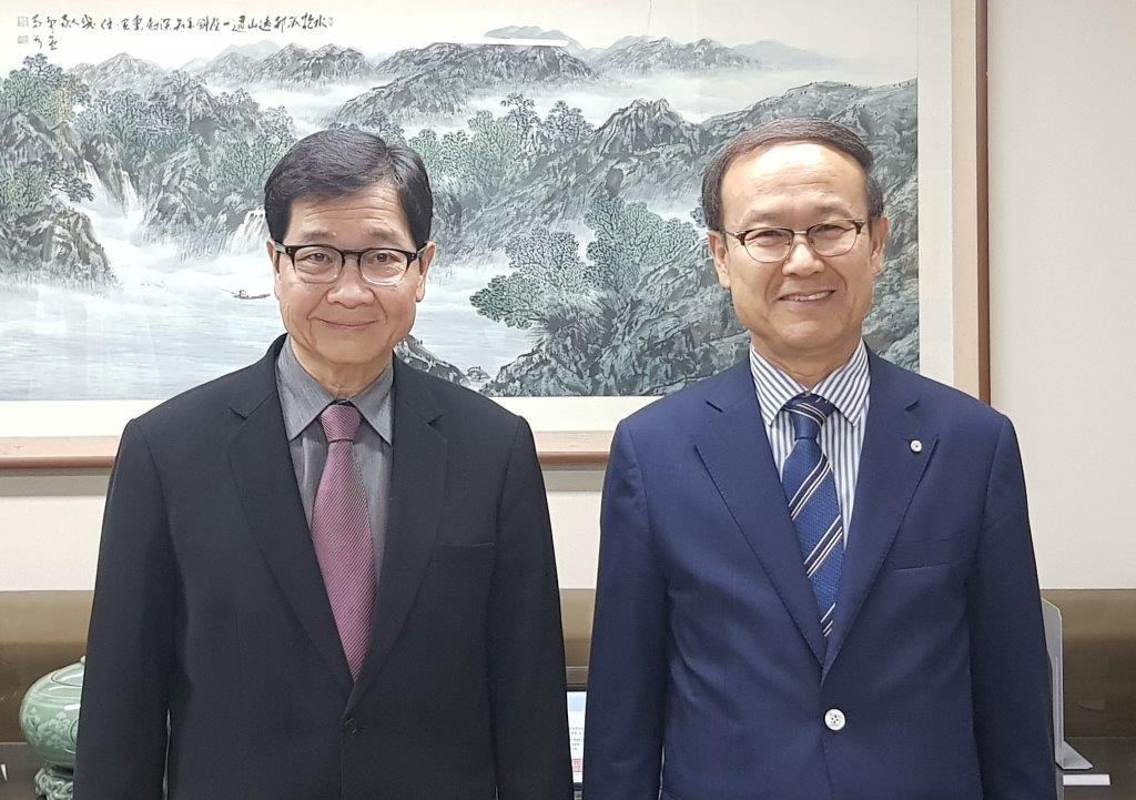 APO Secretary-General Dr. Santhi Kanoktanaporn (L) and KPC Chairman and CEO Dr. Kyoo Sung Noh at the KPC, 14 June 2018.