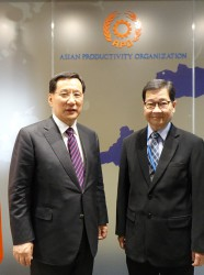 KPC Chairman and CEO Dr. Soon Jick Hong (L) and APO Secretary-General Dr. Santhi Kanoktanaporn at the Secretariat.