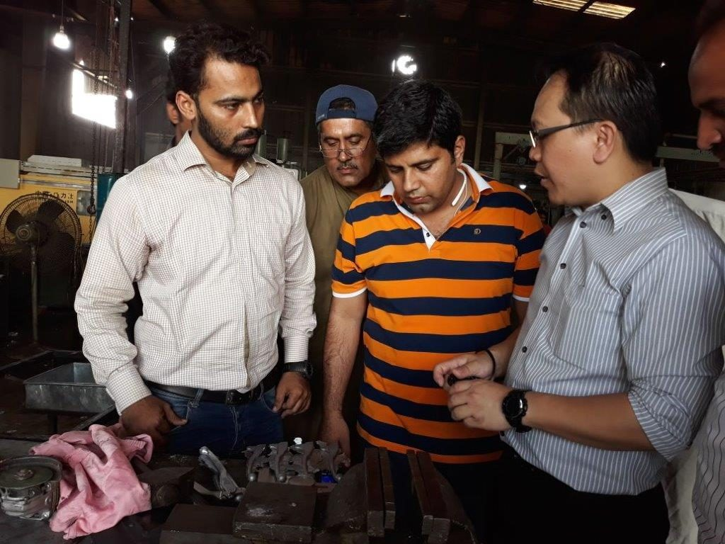 APO expert Alex Yap (R) discussing how to reduce die casing process waste with Grand Engineering staff. (Photo: Alex Yap)